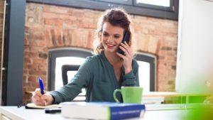 Frau telefoniert / Kunden zurückholen